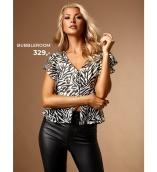 match skinny jeans med trendy bluse eller t-shirt