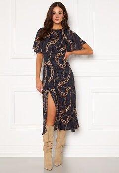 Girl In Mind Britney Angel Sleeve Split Leg Midi Dress Navy chain print Bubbleroom.no
