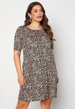 Only Carmakoma Bandana S/S Dress Black AOP Leo Bubbleroom.no