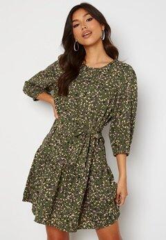 ONLY Thora 3/4 Belt Dress Four Leaf Clover Bubbleroom.no